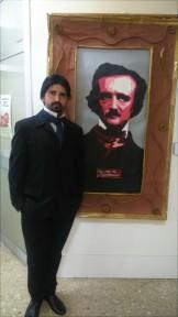 Rubén Gracia, caracterizado de Poe, junto al retrato hecho por los chicos del Taller de artesanía